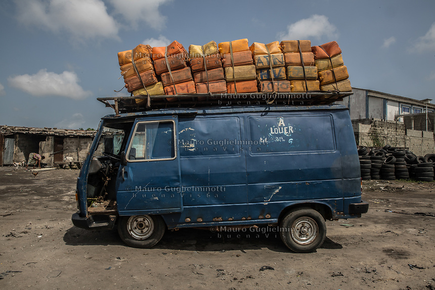 Trasporto clandestino di benzina Oil transportation Traffico illegale benzina dalla Nigeria al Benin<br /> un pullman carico di latte di benzina sul tetto