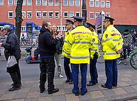 Jongeren in gesprek met de politie bij een demonstratie