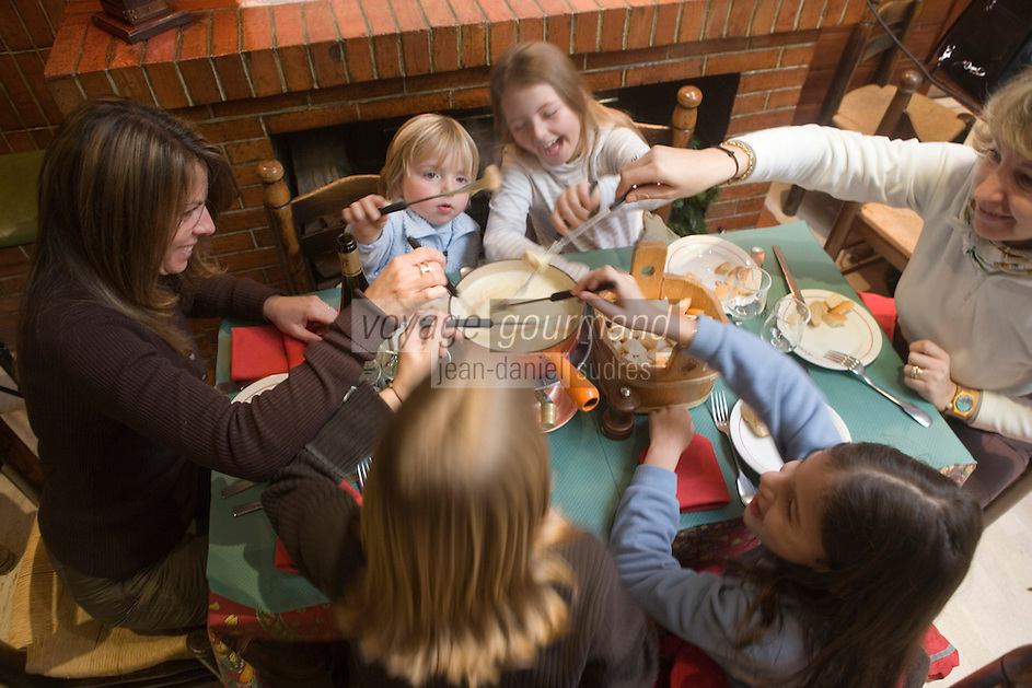 "Europe/France/Rhone-Alpes/74/Haute-Savoie/Megève: Maman et enfants mangent une fondue  savoyarde au restaurant ""le Chamois"" -  Mention Megève Obligatoire / [Non destiné à un usage publicitaire - Not intended for an advertising use] [Non destiné à un usage publicitaire - Not intended for an advertising use]"
