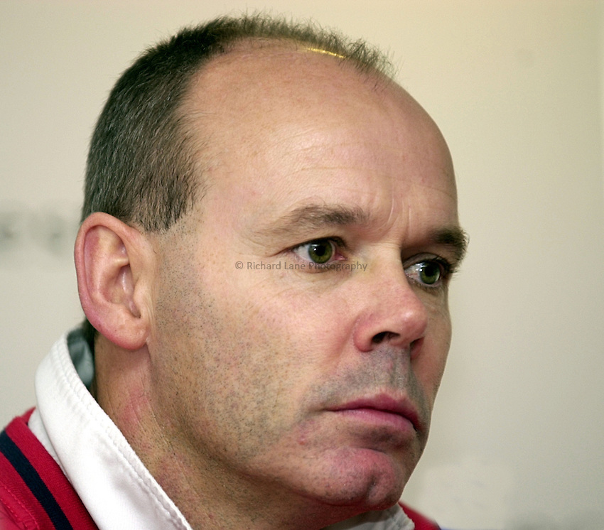 Photo. Richard Lane. .England Press Conference at Twickenham. 17/11/2000.Clive Woodward at the press conference.