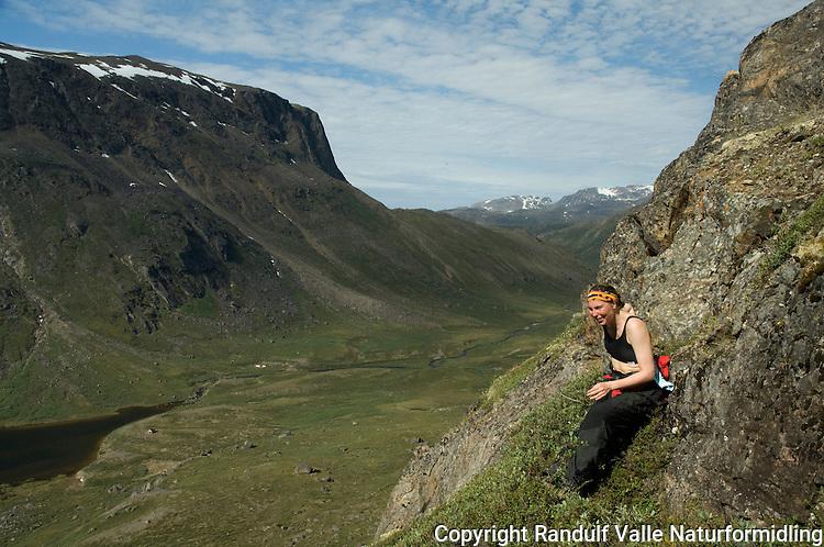 Jente i bratt fjellside på Vest-Grønland en flott sommerdag ---- Girl in steep terrain on West-Greenland