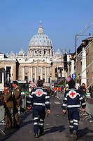 Stato della Città del Vaticano. Funerali di Papa Giovanni Paolo II. .Vatican City State. Funeral of Pope John Paul II..Volontari mentre assistono i fedeli. Volunteers while assist the faithful......