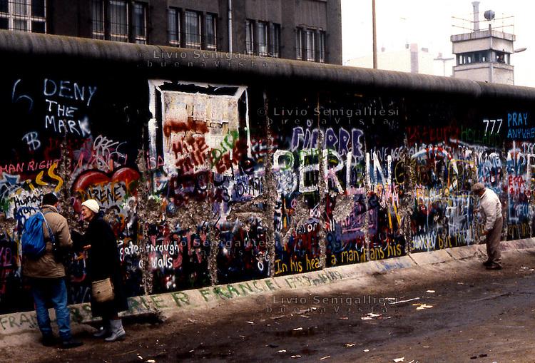 BERLINO / GERMANIA - 10 NOVEMBRE 1989.ALCUNI BERLINESI OCCIDENTALI NEI PRESSI DEL MURO NEL QUARTIERE DI KREUZBERG..FOTO LIVIO SENIGALLIESI..BERLIN / GERMANY - 10 NOVEMBER 1989.SOME WEST BERLIN INHABITANTS NEAR THE WALL IN KREUZBERG DISTRICT..PHOTO BY LIVIO SENIGALLIESI