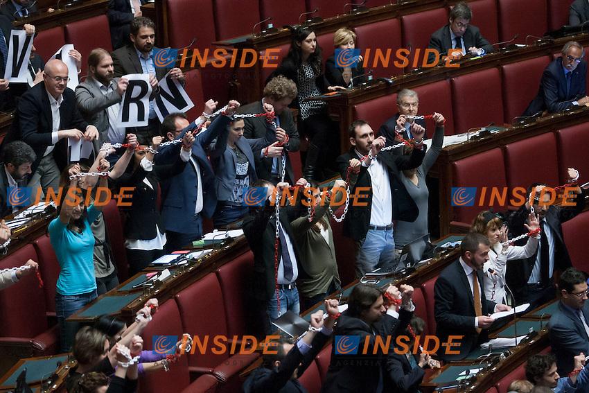 Protesta del Movimento 5 Stelle. i Deputati si incatenano durante le dichiarazioni di voto<br /> Roma 24-04-2014 Camera. Voto di fiducia sul Decreto DL Lavoro.<br /> Trust vote on job laws<br /> Photo Samantha Zucchi Insidefoto