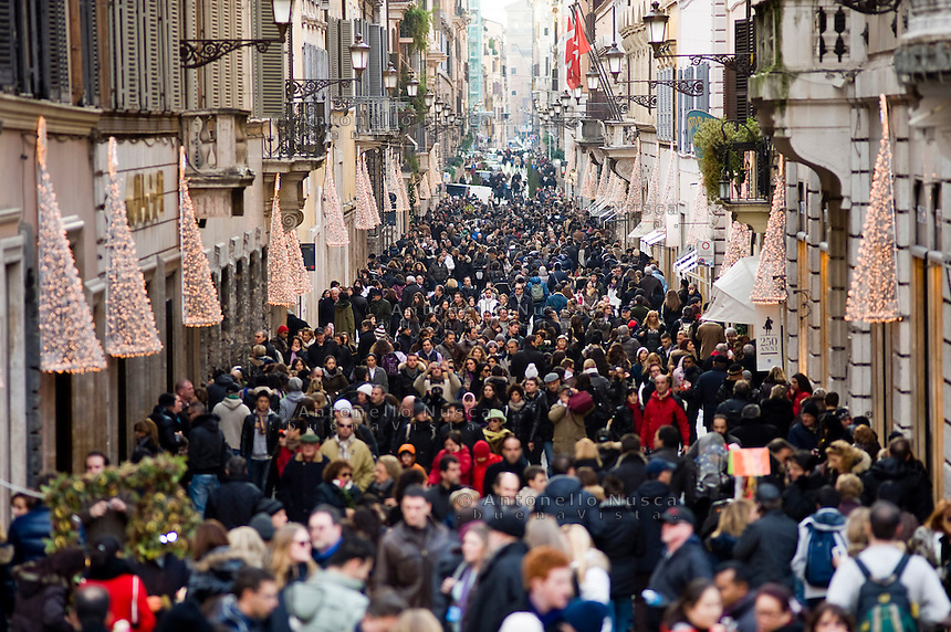 Rome continue to be one of the most visited city in the world..Roma continua ad essere una delle città più visitata al mondo.Shopping in Via Condotti .
