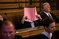 Berlin, Der Angeklagte Memet E. (m.) sitzt am Montag (13.05.13) in Landgericht in Berlin vor dem Prozessbeginn im Fall Jonny K. gegen sechs Männer im Alter zwischen 19 und 24 Jahren. Foto: Maja Hitij/CommonLens