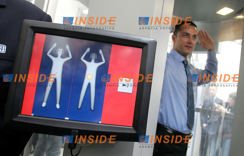 Roma 04/03/2010 Installazione del Body Scanner all'aeroporto di Fiumicino.<br /> Installation of the body scanner at Roma Fiumicino airport.<br /> Photo Samantha Zucchi Insidefoto