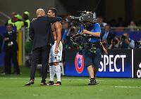 FUSSBALL  CHAMPIONS LEAGUE  FINALE  SAISON 2015/2016   Real Madrid - Atletico Madrid                   28.05.2016 Trainer Zinedine Zidane (li) und Cristiano Ronaldo (re, beide Real Madrid) umarmen sich nach dem Sieg in der Champions League
