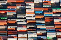 Container Burchardkai: EUROPA, DEUTSCHLAND, HAMBURG, (EUROPE, GERMANY), 14.01.2012 Der HHLA Container Terminal Burchardkai ist die groesste und aelteste Anlage für den Containerumschlag im Hamburger Hafen. Hier, wo 1968 die ersten Stahlboxen abgefertigt wurden, wird heute etwa jeder dritte Container des Hamburger Hafens umgeschlagen. 25 Containerbruecken arbeiten an den Tausenden Schiffen, die hier jaehrlich festmachen, und taeglich werden mehrere Hundert Eisenbahnwaggons be- und entladen. Mit dem laufenden Aus- und Modernisierungsprogramm wird die Kapazität des Terminals in den kommenden Jahren schrittweise ausgebaut. .Der wichtigste und bekannteste Containertyp ist der 40 feet Container fuer die Handelsschifffahrt mit den Maßen 12,192 × 2,438 × 2,591 m. Von diesem Containertyp nach ISO 668 (freight container) sind ueber Millionen im Verkehr..Der Fracht- oder Schiffscontainer wurde im Jahr 1956 von dem Reeder Malcolm McLean an der US-Ostkueste fuer den Gueterverkehr eingefuehrt.  Die Frachtcontainer wurden zur Basis der Globalisierung der Wirtschaft; mit ihnen wird u. a. der Grossteil des Warenhandels mit Fertigprodukten abgewickelt. .20-Fuß-Container - die sogenannten TEU (Twenty-foot Equivalent Unit) - und 40-Fuß-Container (FEU = forty foot equivalent unit):.Die 20'-Standardcontainer messen (außen) 6,058 × 2,438 × 2,591 Meter.
