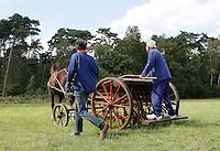 Leusden -  De Stichting Behoud Oude Werktuigen organiseert de jaarlijkse Oogstdag op landgoed Den Treek.  Paard met werktuig dat gebruikt werd bij de landbouw. Zaaimachine