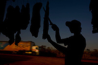 Bocaiuva_MG, 20 de Setembro de 2007.<br /> <br /> Projeto Beira de Estrada<br /> <br /> Rota Norte e Noroeste de Minas <br /> <br /> Na foto, Felipe Rodrigues  vendendo carne de sol na beira da BR 135, proximo a Montes Claros.<br /> <br /> Foto: LEO DRUMOND / NITRO