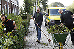 """Foto: VidiPhoto<br /> <br /> STOLWIJK – Personeel van hoveniersbedrijf VDBH west uit Stolwijk aan het werk in het openbaar groen van het dorp Stolwijk. Volgens directeur Wilco Boender (m) zijn de groenopleidingen onder de maat. """"Ik ben er mee gestopt om de groenscholen de goede kant op te krijgen. We doen het nu gewoon zelf."""" Door de 'funfactor' binnen zijn bedrijf (""""ze krijgen gelegenheid om certificaten te halen, we werken met nieuw en goed materieel, ze hebben inspraak en aan het eind van de middag is er friet en een biertje"""") weet hij zijn personeel vast te houden."""