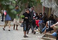 ATENCAO EDITOR IMAGEM EMBARGADA PARA VEICULOS INTERNACIONAIS -  SAO PAULO, SP, 11 JANEIRO 2013 - CIDADANIA - DEPENDENTES QUIMICOS - Moradores de rua usam crack na tarde desta sexta-feira(11), na regiao da Praca da Se, apos o prefeito Fernando Haddad anunciar o novo Minstro dos Direitos Humanos de Sao Paulo. O Governador Geraldo Alckmin  assina na tarde hoje na Palacio dos bandeirantes documento que viabializa a internacao obrigadoria dos ususarios de crack de Sao Paulo. (FOTO: AMAURI NEHN / BRAZIL PHOTO PRESS).