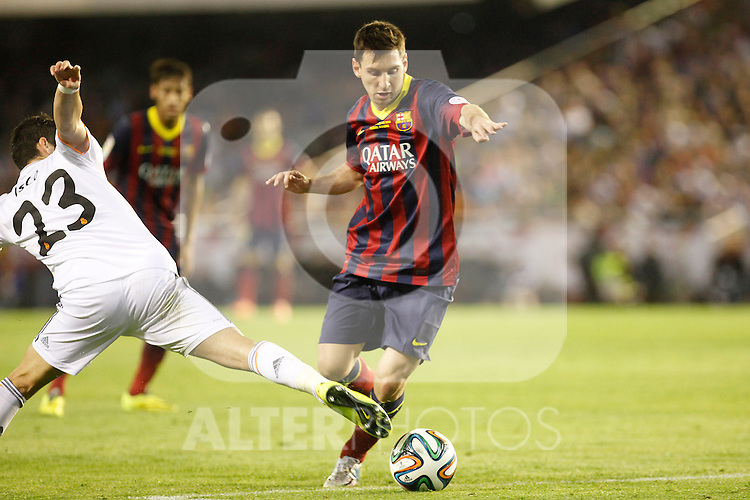 Real Madrid´s Isco and F.C. Barcelona´s Leo Messi (R) during the Spanish Copa del Rey `King´s Cup´ final soccer match between Real Madrid and F.C. Barcelona at Mestalla stadium, in Valencia, Spain. April 16, 2014. (ALTERPHOTOS/Victor Blanco)