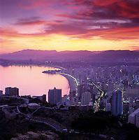 Spain, Costa Blanca, Benidorm: Dusk over Playa de Levante and Poniente | Spanien, Costa Blanca, Benidorm: Abenddaemmerung ueber der Touristen-Hochburg mit den Straenden Playa de Levante und Poniente