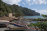 France/DOM/Martinique/Grand-Rivière : les barques, Gommiers,  des pêcheurs sur la plage