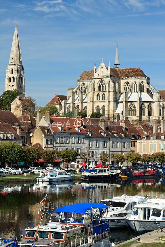 France, Yonne (89), Auxerre, l'Yonne et l'abbaye Saint-Germain // France, Yonne, Auxerre, the Yonne (river), and the abbey St Germain