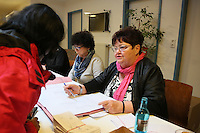 Helga Mattke (Wahlvorstand Bezirk 111 Mörfelden-Walldorf) erklärt das System mit Kummulieren und Panaschieren am Wahlzettel der Doppelgemeinde
