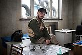 """""""Black"""", Aktivist und Künstler mit Fotokopien seiner Werke, Mitglieder des Pravyj Sektor im besetzten Postgebäude in Kiew / Members of the Prawy Sektor in an occupied postoffice."""