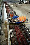 WIERDEN - Ten zuiden van Wierden werken Duitse medewerkers van bouwcombinatie VMWH aan de nieuwe autosnelweg A35. In opdracht van de gemeente is samenwerking met de gemeente Almelo en Wierden, wordt de bestaande A35 vanuit Almelo doorgetrokken om de verkeersveiligheid en de verkeersoverlast in beide plaatsen terug te dringen. Langs diverse delen van de weg worden geluidschermen geplaatst en om ruimte te sparen wordt een groot deel van de snelweg voorzien van betonnen barriers inplaats van aluminium vangrails. De bouwcombinatie bestaat uit Martens & Van Oord, KWS, Hegeman en Van Hattum & Blankevoort. De weg moet volgend jaar zomer open. COPYRIGHT TON BORSBOOM
