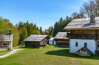 Austria, Tyrol, Kramsach: open-air museum Tyrolean Farmhouses - at right Zenzl's farm, in the middle Franzl's Klaisa's farm and a small chapel to the left   Oesterreich, Tirol, Wanderdorf Kramsach: Freilichtmuseum Tiroler Bauernhoefe - rechts der Zenzl's Hof, in der Mitte Franzl's Klaisa's Hof und eine Kapelle