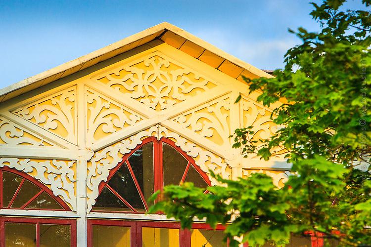 Hus med snickarglädje på Dalarö i Stockholms skärgård.