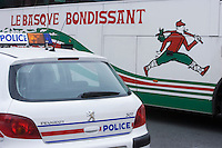 Europe/France/Aquitaine/64/Pyrénées-Atlantiques/Biarritz: Autocar à l'effigie du basque bondissant et  voiture de police