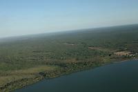 Grandes plantações de soja, milho e algodão cercam o Parque Indígena do Xingu  (PIX) .<br /> Habitados pelas etnias Aweti, Ikpeng, Kaiabi, Kalapalo, Kamaiurá, Kĩsêdjê, Kuikuro, Matipu, Mehinako, Nahukuá, Naruvotu, Wauja, Tapayuna, Trumai, Yudja, Yawalapiti, o parque ocupa área de 2.642.003 hectares na região nordeste do Estado do Mato Grosso, <br /> De acordo com o IMEA - Instituto Mato-Grossense de Economia Agropecuária declarou último dia 7 de agosto de 2015 no informativo 365 divulgou dados novos das safras de soja em MT com a safra 14/15<br /> consolidando-se com mais um ano de área e produção recordes. Por meio do método de Sensoriamento Remoto<br /> a nova área de 9,01 milhões de hectares apresenta-se 6,8% acima da área da safra 13/14. A produtividade já<br /> consolidada de 51,9 sc/ha elevou a produção para 28,08 milhões de toneladas. Os novos dados da safra 15/16<br /> aumentaram ainda mais a expectativa de safra recorde já esperada no último relatório. A nova área de 9,2 milhões<br /> de hectares baseia-se na conversão de área de pastagem em agricultura observada há algumas safras. A<br /> continuidade de investimento em tecnologia da nova safra eleva a projeção de produtividade para 52,6 sc/ha,<br /> refletindo sobre a produção que deve bater um novo recorde em 2016, de 29 milhões de toneladas. Apesar do<br /> crescimento contínuo, a nova temporada deve atingir o menor avanço da produção desde a safra 10/11. <br /> Querência, Mato Grosso, Brasil.<br /> Foto Marcello Lourenço<br /> 24/07/2015