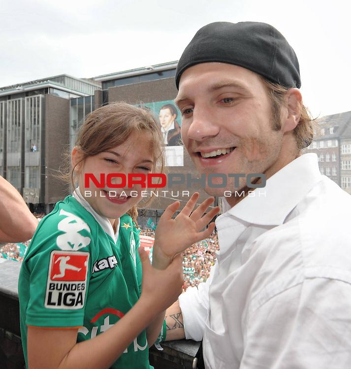 DFB Pokal 2008/2009 - Finale 30.05.2009 Maenner<br /> <br /> Bayer Leverkusen - Werder Bremen<br /> <br /> Feier in Bremen am 31.05.2009 auf dem Rathausvorplatz und auf dem Rathausbalkon<br /> hier: <br /> Torsten Frings ( Bremen GER #22 ) mit Tochter<br /> <br /> <br /> Foto &copy; nph (  nordphoto  )