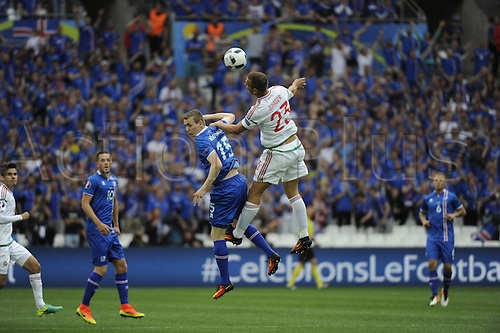18.06.2016, Stade Velodrome, Marseille, FRA, UEFA European football Championships Group F. Iceland versus Hungary.  Bodvarsson (ice) loses the header to Juhasz (hun)
