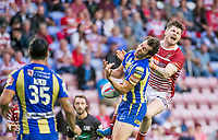 Picture by Allan McKenzie/SWpix.com - 13/07/2017 - Rugby League - Betfred Super League - Wigan Warriors v Warrington Wolves - DW Stadium, Wigan, England - Warrington's Stefan Ratchford & Wigan's John Bateman go for the jump ball.