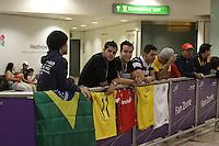 LONDRES, INGLATERRA, 17 JULHO 2012 - DESEMBARQUE SELECAO BRASILEIRA OLIMPICA EM LONDRES - Torcedores aguardam jogadores da selecao masculina olimpica de futebol desembarcar no Aeroporto de Heathrow em Londres na Inglaterra, nesta terca-feira, 17. (FOTO: GUILHERME ALMEIDA / BRAZIL PHOTO PRESS).