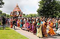 Nederland Den Helder  2016  06 26. Jaarlijkse tempelfeest bij de Hindoe tempel in Den Helder.. Vereniging Sri Varatharaja Selvavinayagar voltooide in 2003 het gebouw dat wordt gebruikt voor het bevorderen van kunst en cultuur. Een ander deel wordt gebruikt voor het praktiseren van religieuze waarden. Het hoogtepunt van de feestperiode is het voorttrekken van de wagen ( chithira theer of ratham ). Dit is een kleurrijke optocht, waarbij de godheid Ganesh in de wagen wordt voortgetrokken door gelovigen. Foto Berlinda van Dam /  Hollandse Hoogte
