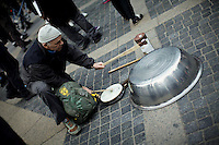 A man makes noise with a pot while he takes part in a protest called global noise at Manhattan in New York, United States. 13/10/2012. Photo by Eduardo Munoz Alvarez / VIEWpress.