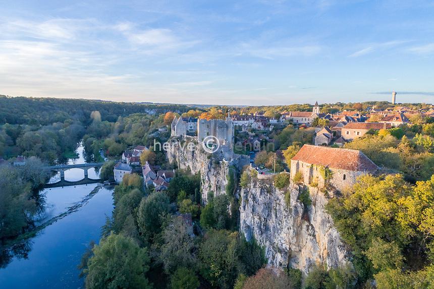 France, Vienne (86), Angles-sur-l'Anglin, labellisé Les Plus Beaux Villages de France, village et ruines du château dominant l'Anglin (vue aérienne)