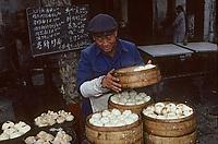 Asie/Chine/Jiangsu/Env Nankin: Marché libre de la rue Shan-Xi - Marchand de petits pâtés cuits à la vapeur Dim-sum<br /> PHOTO D'ARCHIVES // ARCHIVAL IMAGES<br /> CHINE 1990