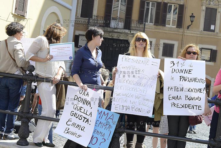 Roma, 19 Aprile 2013.Piazza Montecitorio.Proteste fuori del Parlamento durante la Votazione del Presidente della Repubblica..Donne e radicali per Emma Bonino Presidente