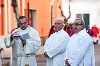 Il progetto Focara2014, sviluppato in tre fasi legate ad altrettanti giorni di sessioni fotografiche, cerca di ricreare l'atmosfera dei giorni della Focara: il periodo antecedente il giorno della festa (1#FocaraMinusOne), il giorno dell'accensione e della festa (2#FocaraZero) e il giorno successivo alla festa (3#FocaraAfter).<br /> 2#FocaraZero riprende il giorno della festa: è la festa del fuoco che onora il suo Santo, Sant'Antonio Abate, un eremita arrivato dall'Egitto nel III secolo dopo Cristo e considerato colui che ha fondato il monachesimo cristiano. Il fuoco si accenderà la sera quasi a legare il presente alla tradizione che vuole il Santo pronto a lanciarsi nelle fiamme dell'inferno pur di strappare al demonio le anime dei peccatori (da qui Sant'Antonio viene eletto protettore dei vigili del fuoco). Ma la Focara ha radici più profonde e lontane nel tempo: essa simboleggia il connubio tra fuoco e luce, tra fuoco e calore: tasselli essenziali della vita. E così il fuoco diventa confine, terra di passaggio della vita stessa che, nel suo ciclo vita-morte-rinascita, brucia i rami di risulta delle vigne, la cui cenere spesso viene sparsa nei campi perché produca concime per le nuove piante. I colori sono vivi, quasi sonori, spalmati addosso a chi questo fuoco lo attende da un anno esatto. I colori esplodono nelle festa del corte, nella processione che accompagna per il paese il Santo benedicente, nelle bandiere prestate al vento per il solo tempo necessario al diffondere i colori. La processione, il corteo, il silenzio, il fuoco che prende spazio tra i rami e succhia ossigeno con i consenso benevolo di chi osserva. Il buio, alla fine, cancella tutti i colori tranne l'arancione che rischiara lo spazio attorno.
