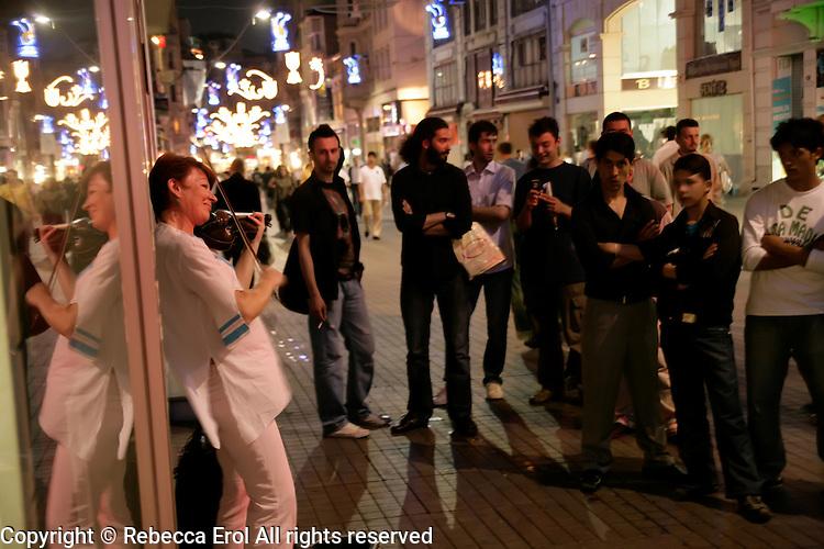 Street performer on Istiklal Caddesi in Beyoglu, Istanbul, Turkey
