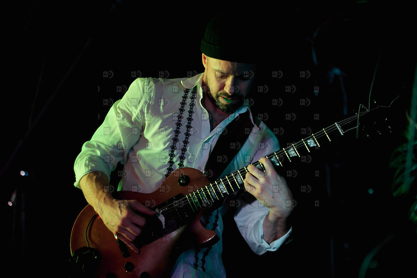 CIUDAD DE M&Eacute;XICO, DF. Julio 12, 2013  &ndash; Alejandro Otaola toca la guitarra con el grupo de Jazz, Los Dorados,  en el Bar Caradura de la Ciudad de M&eacute;xico.  FOTO: ALEJANDRO MEL&Eacute;NDEZ<br /> <br /> MEXICO CITY, DF. July 12, 2013 - Alejandro Otaola plays guitar with the jazz band, Los Dorados, at Bar Caradura Mexico City. PHOTO: ALEJANDRO MELENDEZ