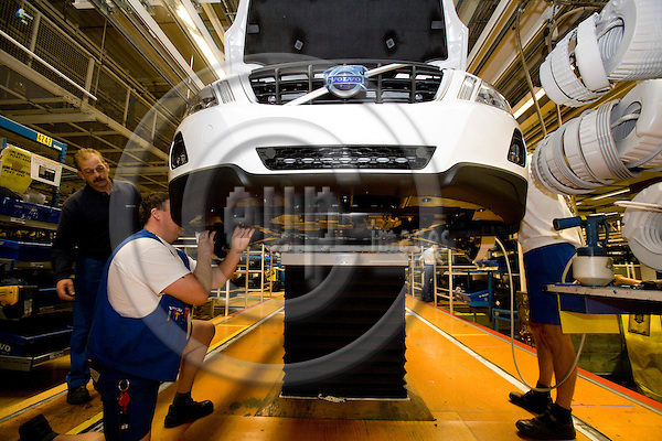 GHENT - BELGIUM - 13 NOVEMBER 2008 -- Volvo Cars Gent -- Workers fits plastic protection for the brakes on a Volvo car at the assembly line.  Photo: Erik Luntang/EUP-IMAGES