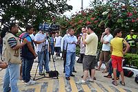 BARRANQUIILLA -COLOMBIA-03-09-2013. Fotógrafos y periodistas a la espera del equipo Colombia después de una sesión de entrenamiento en Barranquilla, Colombia, septiembre 3 de 2013. Colombia prepara el próximo partido partido contra Ecuador para la calificificación a la Copa Mundo FIFA 2014 Brasil./ Photojournalist and journalist waiting for the Colombia Team after a training session in Barranquilla, Colombia, September 3, 2013. Colombia team prepares the next game against Ecuador for the qualifier to 2014 FIFA World Cup Brazil.  Photo: VizzorImage/Alfonso Cervantes/STR