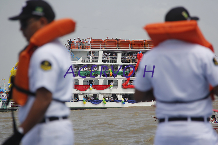 Centenas de embarcações navegam pela baia de Guajará, foz do rio Amazonas, durante a romaria fluvial em homenagem a  Nossa Senhora de Nazaré. Os mais diversos tipos de barcos, desde pequenas canoas , navios de passageiros e balsas, seguem a imagem da santa as vesperas da maior procissão católica do Brasil, que acontece na manhã deste domingo 08/10/2017 na capital do estado do Pará.  <br /> <br /> Hundreds of boats sail by the Guajará Bay, the mouth of the Amazon River, during the River Festival in honor of our Lady of Nazareth. Different types of boats, from small canoes, passenger ships and ferries, follow the image of the Saint the eve of Brazil's largest Catholic procession, which takes place on Sunday morning 08/10/2017 in the capital of the State of Pará.   <br /> <br /> Belém, Pará, Brasil <br /> 07/10/2017