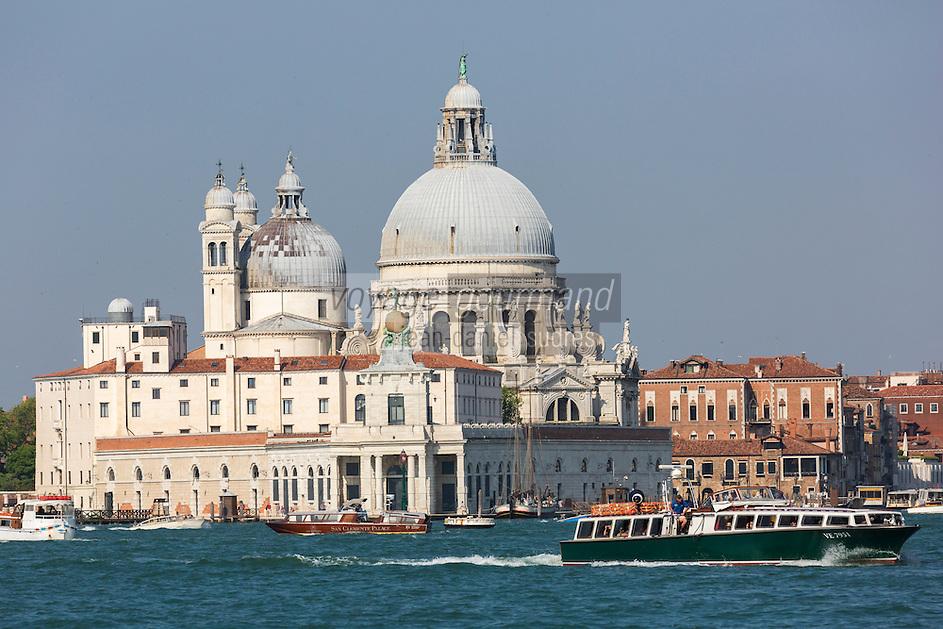Italie, Vénétie, Venise:   Punta della Dogana devant la Basilique Santa Maria della Salute de Venise.  // Italy, Veneto, Venice:  Punta della Dogana before the Santa Maria della Salute