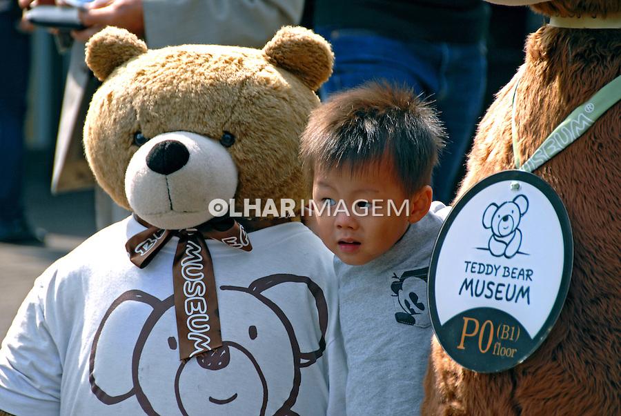 Criança e urso de pelucia em Seul. Coréia do Sul. 2009. Foto de Thaïs Falcão.