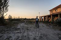 migranti rientrano al tramonto nei campi presso la vecchia fabbrica a Subotica<br /> at sunset migrants fall at the old factory in Subotica