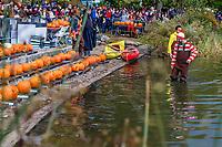 NOVA YORK, EUA, 28.10.2018 - HALLOWEEN-EUA - Aboboras de Halloween sao vistas sendo colocadas no lago do Central Park para a Festa das lanternas de abobora (Pumpkin Lanterns Party) que faz parte das comemorações de dia das Bruxas na cidade de Nova York . (Foto: Vanessa Carvalho/Brazil Photo Press)