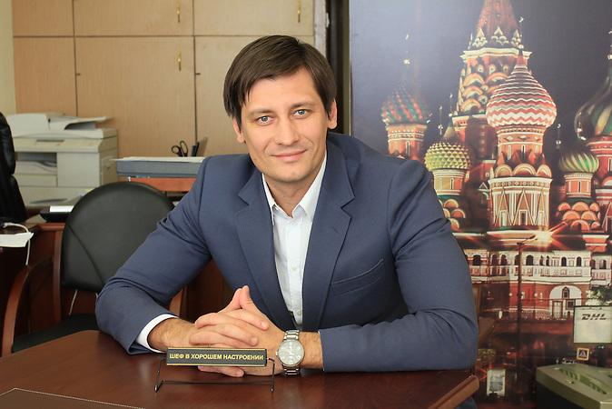 Dmitri Gudkow könnte in der nächsten Duma der einzige Oppositionelle werden. Der Abgeordnete mobilisiert seine Wähler auf der Straße und über Facebook und hat gute Chancen auf ein Direktmandat bei den russischen Parlamentswahlen 2016