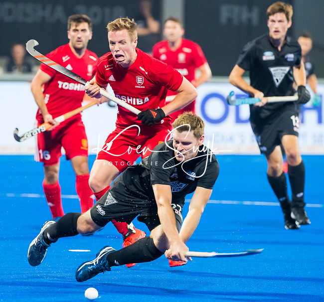 BHUBANESWAR - Stephen Jenness (NZL) with Ian Sloan (Eng)  .England-New Zealand (2-0)   during Wold Cup Hockey men. COPYRIGHT KOEN SUYK