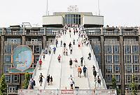 Nederland Rotterdam 2016. Tijdelijke trap naar het Groothandelsgebouw. Met de trapconstructie viert Rotterdam 75 jaar wederopbouw van de stad. Rotterdamse Dakendagen. Foto Berlinda van Dam / Hollandse Hoogte